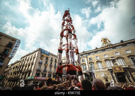 Barcelona, Spain. 23rd Sep, 2017. The 'Castellers de Barcelona' build one of their human towers during Barcelona's city holiday 'La Merce' Credit: Matthias Oesterle/Alamy Live News