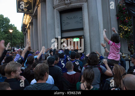 London, UK. 23rd September, 2017. Fans of the Baltimore Raven American football team gathered out side a bar near - Stock Photo