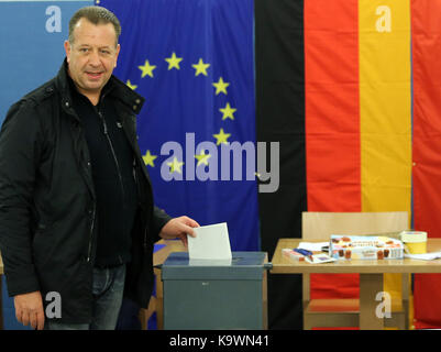 Berlin, Germany. 24th Sep, 2017. A man casts his ballot at a polling station in Berlin, Germany, on Sept. 24, 2017. - Stock Photo