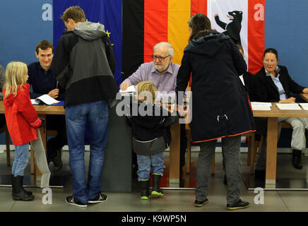 Berlin, Germany. 24th Sep, 2017. Voters cast ballots at a polling station in Berlin, Germany, on Sept. 24, 2017. - Stock Photo