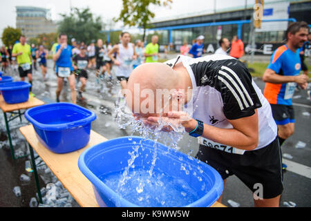 Berlin, Germany. 24th Sep, 2017. A participant of the 44th Berlin Marathon refreshes himself in Berlin, Germany, - Stock Photo