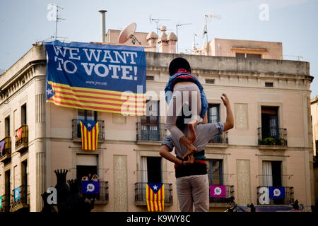 Barcelona, Catalonia, Spain. 24th Sep, 2017. Castellers building a human tower as a banners reading 'we want to vote' hangs from a building during La Merce festival in Barcelona. Catalan separatists and the Catalonia's government continue their campaign towards the referendum of October 1 despite the crackdown carried out by the Spanish government. Over 4,000 members of the Spanish National Police and Civil Guards are being transferred to Catalonia these days. Catalan government aims to celebrate a referendum on independence next first october, the Spanish government is frontally oppos