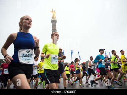 Berlin, Germany. 24th Sep, 2017. Thousands of runners partake in the 44th Berlin Marathon in Berlin, Germany, 24 - Stock Photo