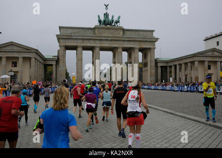 Berlin, Germany. 24th September 2017. Runners are on the last kilometre of the marathon on the Unter den Linden - Stock Photo