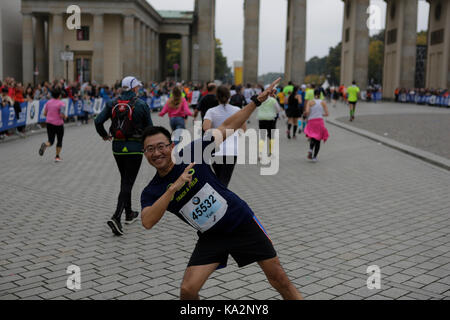 Berlin, Germany. 24th September 2017. A runner poses in front of the Brandenburg Gate. More than 43,000 runners - Stock Photo
