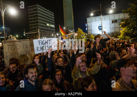 Berlin, Germany. 24th Sep, 2017. Demonstrators in front of the club are seen during a protest. More than 1000 people - Stock Photo