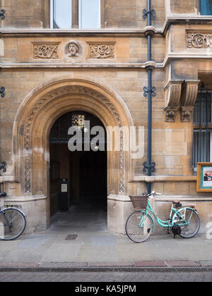 The entrance to Gonville and Caius College Cambridge UK with bicycles parked outside. Part of Cambridge University - Stock Photo