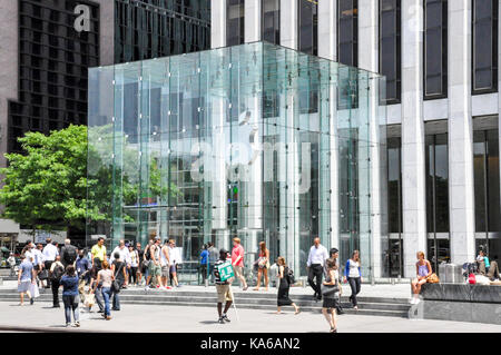Iconic glass cube entrance to Apple's flagship store on 5th Ave, Midtown Manhattan, New York City, USA. - Stock Photo
