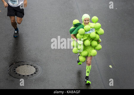 Berlin, Germany. 24th Sep, 2017. A runner in a costume takes part in the Berlin Marathon. Credit: Omer Messinger/ZUMA - Stock Photo