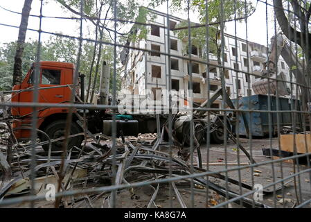 Moscow, Russia. 26th Sep, 2017. Demolishing a Soviet-era prefab residential building in Profsoyuznaya Street. The - Stock Photo