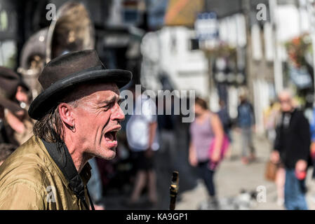 Street entertainers - the street entertainers or buskers Swervy World playing in the centre of St Ives in Cornwall. - Stock Photo