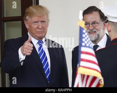 Washington, United States. 26th Sep, 2017. US President Donald J. Trump (L) welcomes Spanish Prime Minister Mariano - Stock Photo