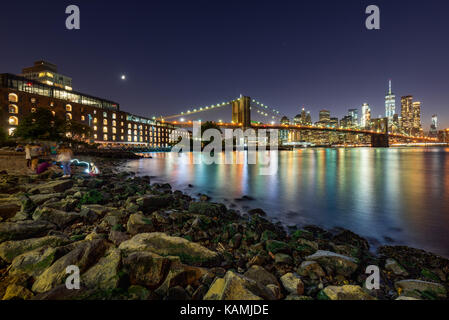 Evening in Main Street Park with view on the Financial District of Manhattan and the newly renovated Brooklyn waterfront. - Stock Photo