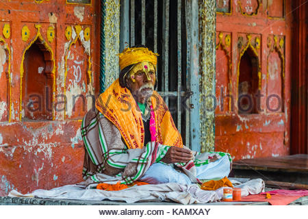 A sadhu (holy man) sits near the Yamuna River, Mathura, Uttar Pradesh, India. - Stock Photo
