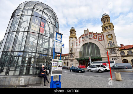 Prague, Czech Republic. 26th Sep, 2017. Prague 2 district court gave the verdict regarding one of complaints filed by Italy's Grandi Stazioni on who is the owner of the Fanta building at Prague main railway station, on September 27. The owner of the building is SZDC (Railway Infrastructure Administration), according the court verdict. On the photo, taken on September 26, is seen the front facade of the Art Nouveau Fanta's building of the railway station by architect Josef Fanta. Credit: Vit Simanek/CTK Photo/Alamy Live News