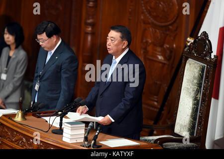 (170928) -- TOKYO, Sept. 28, 2017 (Xinhua) -- House of Representatives Speaker Tadamori Oshima(R) announces the - Stock Photo