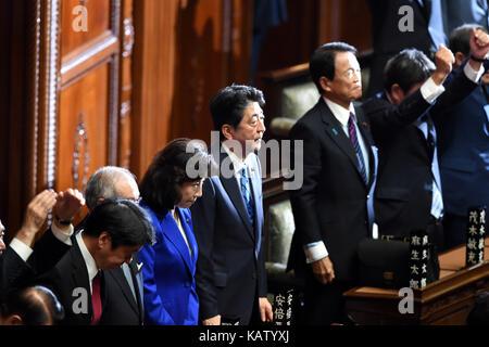 (170928) -- TOKYO, Sept. 28, 2017 (Xinhua) -- Japanese Prime Minister Shinzo Abe (C) listens as House of Representatives - Stock Photo