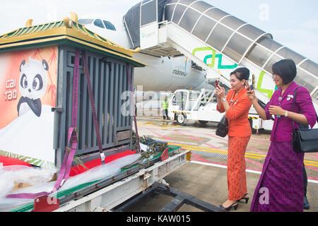Jakarta, Indonesia. 28th Sep, 2017. Indonesian air hostesses take photos of giant pandas 'Cai Tao' and 'Hu Chun' - Stock Photo