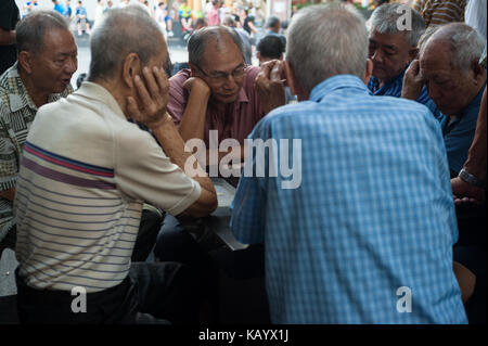 23.07.2017, Singapore, Republic of Singapore, Asia - Elderly men play Chinese chess, also known as Xiangqi, at a - Stock Photo