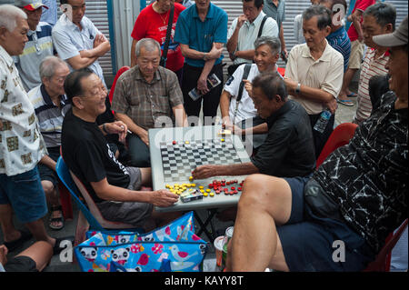24.09.2017, Singapore, Republic of Singapore, Asia - Elderly men play Chinese chess, also known as Xiangqi, at a - Stock Photo
