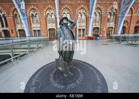 England, London, King's cross, St. Pancras of station, statue of sir John Betjeman von Martin Jennings, - Stock Photo