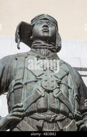 Japan, Honshu, Tokyo, Yasukuni shrine, statue of a Japanese pilot in front of the Yushukan Being museum, - Stock Photo