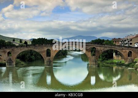Spain, Way of St. James, medieval pilgrim's bridge in Puente la Reina, - Stock Photo