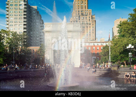 New York City - 26 September, 2017 - Students and tourist cool off at the fountain in Washing Square Park. - Stock Photo