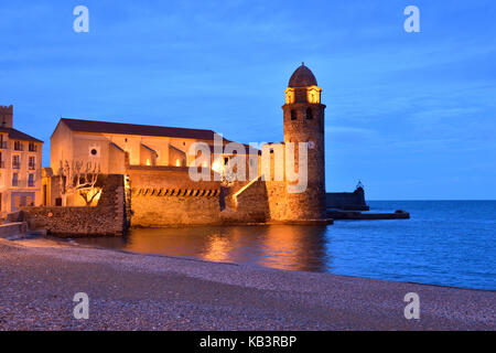 France, Pyrenees Orientales, Collioure, Boramar beach and church of Notre Dame des Anges - Stock Photo