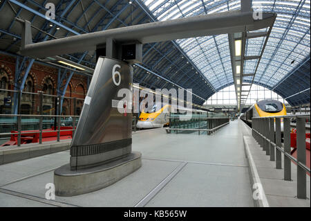 United Kingdom, London, King Cross St Pancras International train station, Eurostar train - Stock Photo