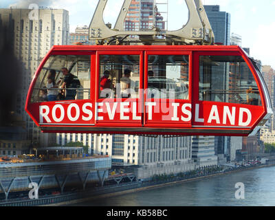 Roosevelt Island cable car, aka tramway, connecting Manhattan with Roosevelt Island photographer from Queensboro - Stock Photo