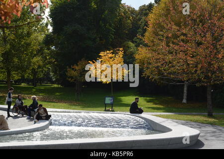 London, UK. 28th Sep, 2017. UK weather. People enjoy the autumn sunshine next to the Diana Memorial Fountain in - Stock Photo