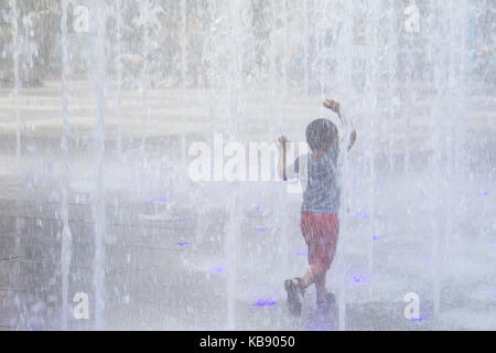 Children playing in the fountain at MassMutual Pittsbuergh, PPG Place, Pittsburgh, PA, USA - Stock Photo
