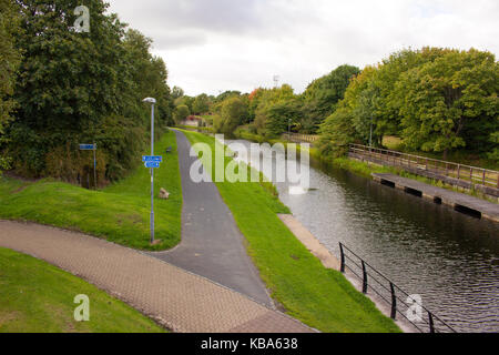 Cycle path (National Cycle Network Route 754) from Glasgow to Bowling along the Forth and Clyde Canal, seen from - Stock Photo