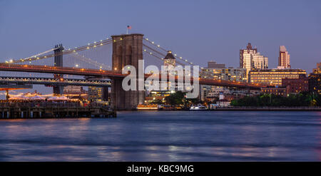 Panoramic view of Brooklyn Riverfront with the Brooklyn Bridge at twilight, the Manhattan Bridge and Brooklyn Bridge Park. Brooklyn, New York City Stock Photo