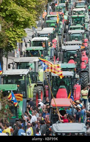 Girona, Spain. 29th Sep, 2017. Some 500 tractors gather during a march called by Agrarian Unions to support the - Stock Photo