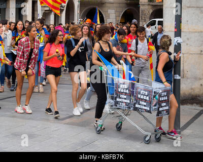 Girona, Spain. 28th Sep, 2017. College and school students march in Girona, Spain, during the last few days before - Stock Photo