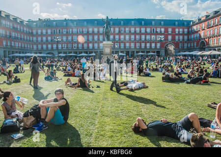Madrid, Spain. 29th September, 2017. The urban artist spy put a green grass in square mayor to the celebration a - Stock Photo