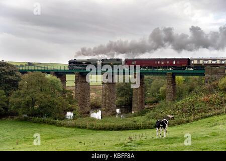 Clapham, North Yorkshire, UK. 30th September, 2017. Steam locomotive 'British India Line' No 35018 makes it's main - Stock Photo