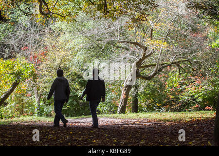 London, UK. 30th Sep, 2017. People enjoy the sunshine amidst the autumn colours on a sunny morning in Wimbledon - Stock Photo