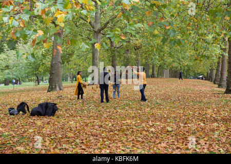 London, UK. 30th Sep, 2017. As Autumn starts leaves fall in St James Park London Credit: Keith Larby/Alamy Live - Stock Photo
