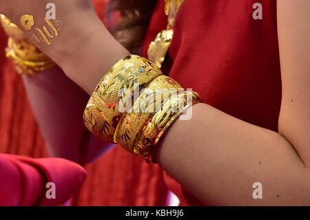 Traditional Chinese Gold Jewellery Wedding Gifts Given To The Bride