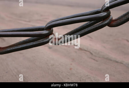 schwere stahl Kette zur Sicherung - heavy steel chain for security - Stock Photo