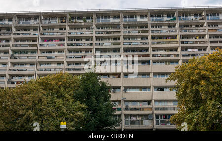 1960s council flat block, Cables Wynd, Leith, Edinburgh, Scotland, UK, named Banana flats, Category A listed building. - Stock Photo