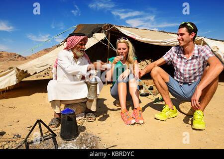 Bedouin preparing coffee with pan-roasted beans and kardamom, Jordan - Stock Photo
