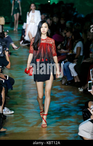 Paris, France. 30th Sep, 2017. A model presents a creation of Elie Saab during the fashion week for 2018 Spring/Summer - Stock Photo