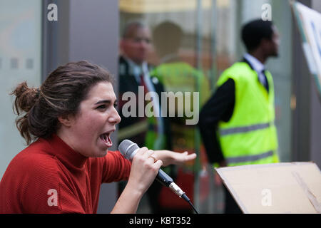 London, UK. 30th September, 2017. Supporters of migrant cleaners Angelica Valencia Bolanos and Fredy Lopez suspended - Stock Photo