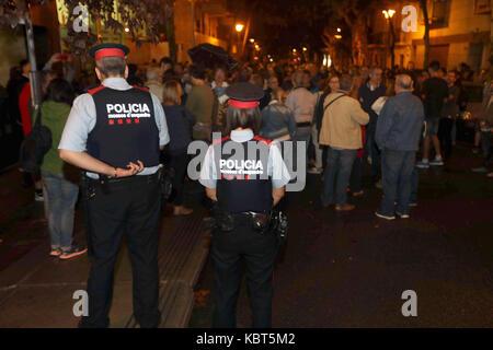 Lleida, Catalonia, Spain. 1st October, 2017. Catalan policemen (Mossos d'Esquadra) keep watch at the IES Antoni - Stock Photo