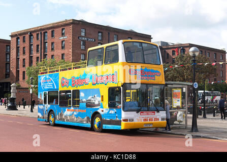 a tourist sightseeing tour bus at the albert dock in liverpool, england, britain, uk. - Stock Photo