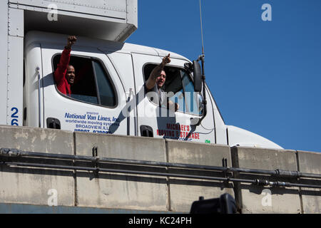 New York, USA. 01st Oct, 2017. Truckers yell 'Black Lives Matter' in support from the overpass above the rally. - Stock Photo